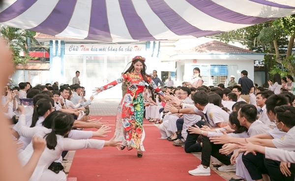 Diễm My - Hứa Vĩ Văn bị hàng trăm học sinh vây quanh pose hình - 1