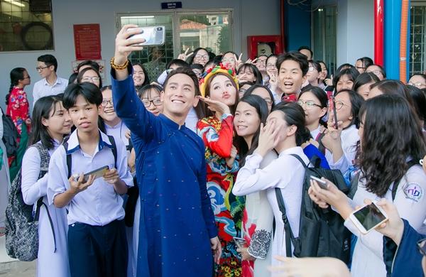 Diễm My - Hứa Vĩ Văn bị hàng trăm học sinh vây quanh pose hình - 4