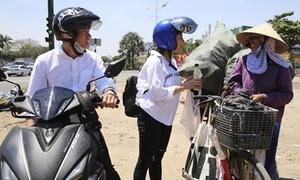 Quang Đăng - Thái Trinh đội nắng tặng quà cho phụ nữ khó khăn ngày 8/3