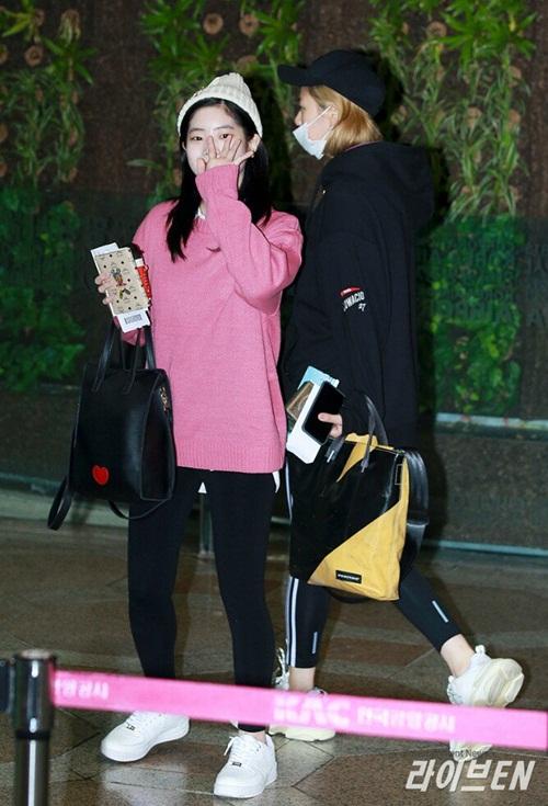 Yoon Ah, Twice khoe style khỏe khoắn, năng động ở sân bay - 6