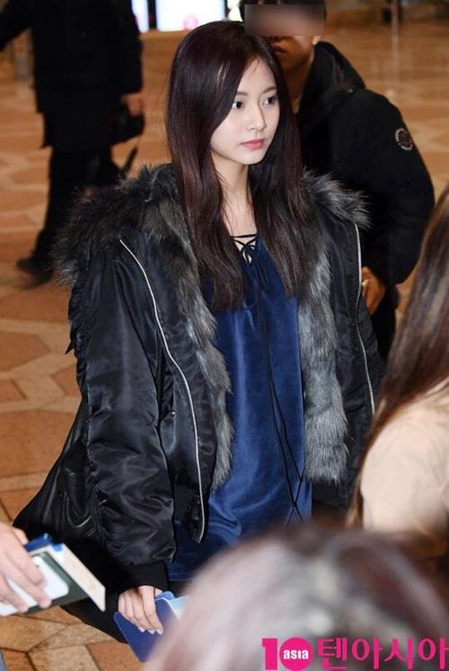 Yoon Ah, Twice khoe style khỏe khoắn, năng động ở sân bay - 4