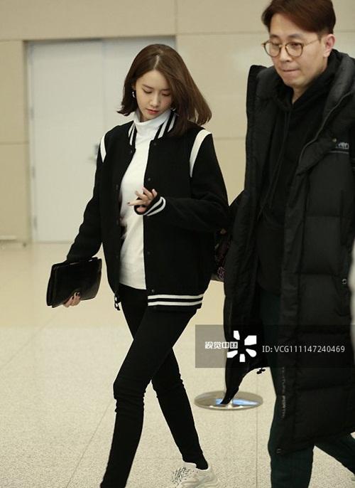 Yoon Ah, Twice khoe style khỏe khoắn, năng động ở sân bay - 1