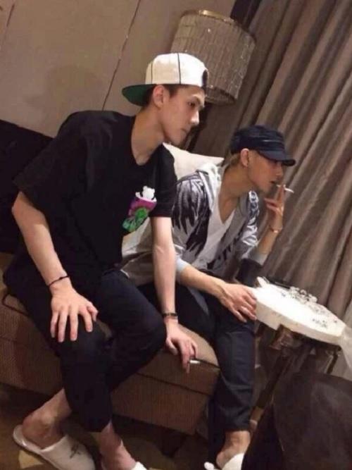 Các idol nam Kpop làm fan phiền lòng vì thói quen hút thuốc - 12