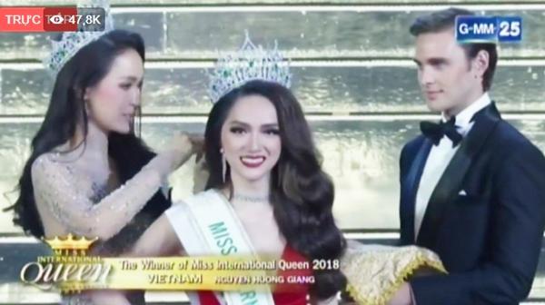 Giây phút đăng quang Hoa hậu của Hương Giang.