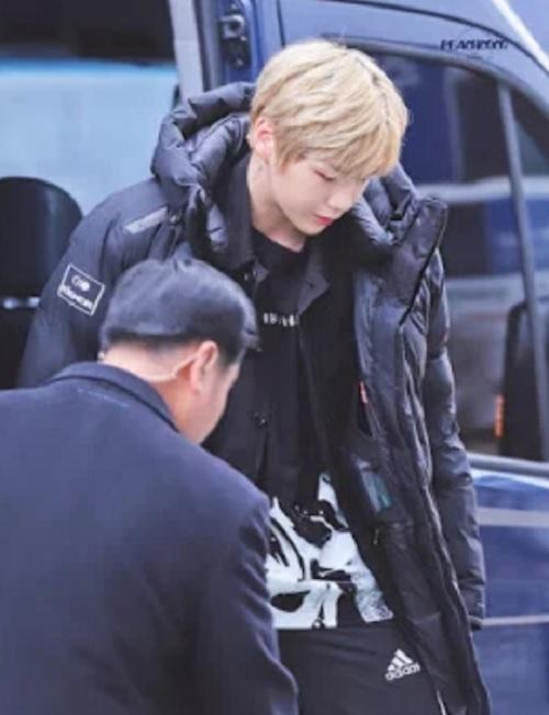 Các idol nam Kpop làm fan phiền lòng vì thói quen hút thuốc - 9