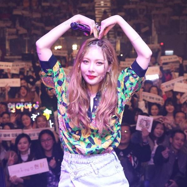 Hyun Ah làm tay trái tim đáng yêu tỏ tình với các fan.