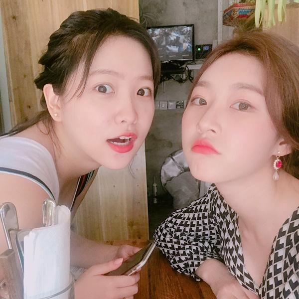 Kim Sae Ron và Yeri (Red Velvet) rủ nhau đi du lịch, chụp ảnh với biểu cảm hài hước.
