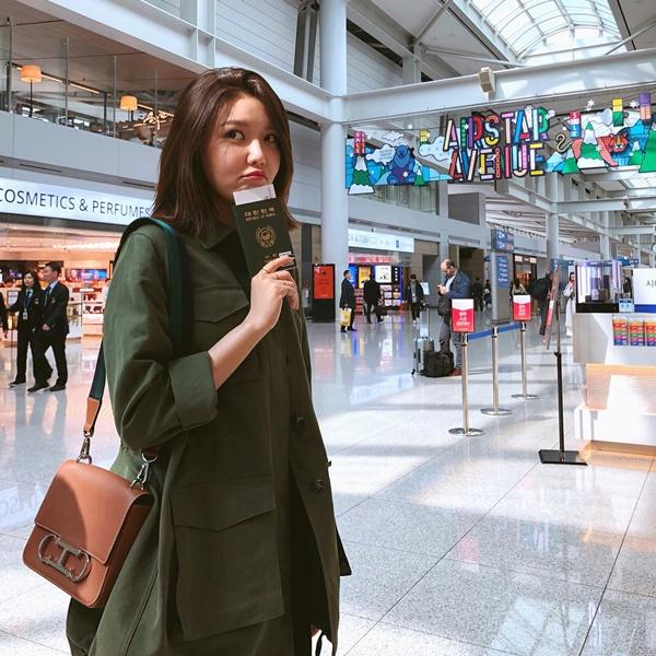 Soo Young diện cây đồ chững chạc làm mặt như đi lạc ở sân bay.
