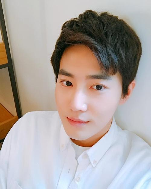 Su Ho (EXO) khiến fan trầm trồ với ảnh selca đẹp không tỳ vết.