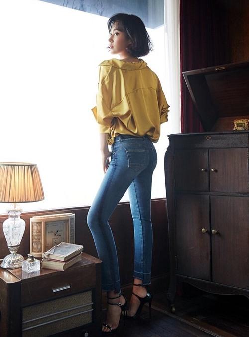 Yuri (SNSD) diện quần jeans bó sát khoe vòng 3 và cặp chân thon dài với cách tạo dáng quyến rũ.