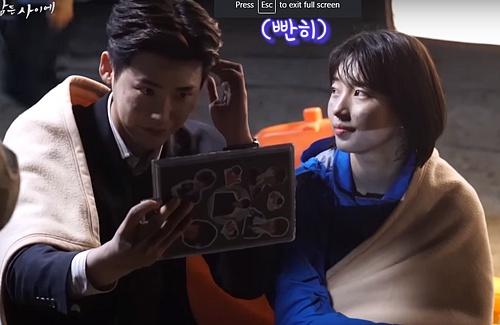 Suzy ngẩn ngơ ngắm Lee Jong Suk trong loạt ảnh hậu trường.