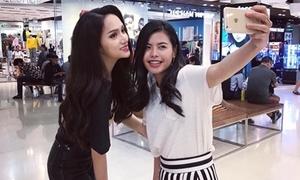 Hương Giang được người dân Thái vây quanh pose hình khi đi mua sắm