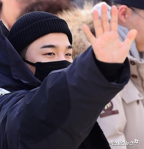Tae Yang (Big Bang) nhập ngũ, quỳ tạm biệt fan - 1