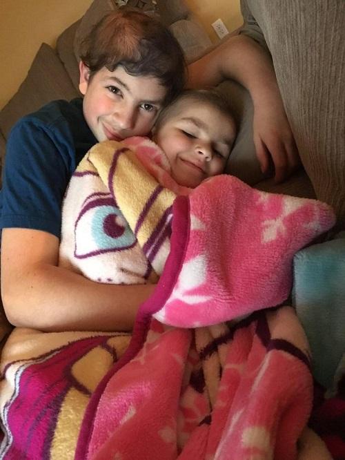 Cùng bị ung thư, hai anh em ôm chặt nhau không rời