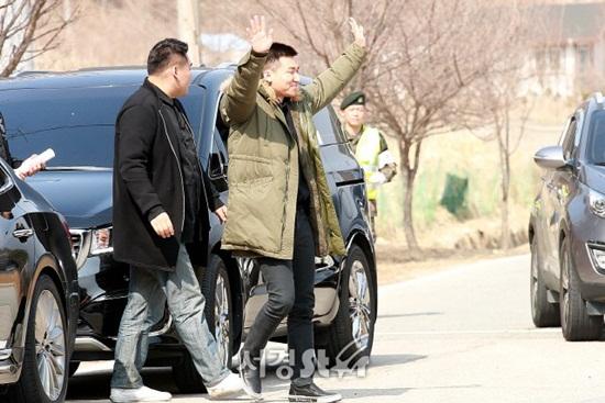 Dae Sung tự tin lộ mặt mộc, không cần che chắn trong ngày nhập ngũ