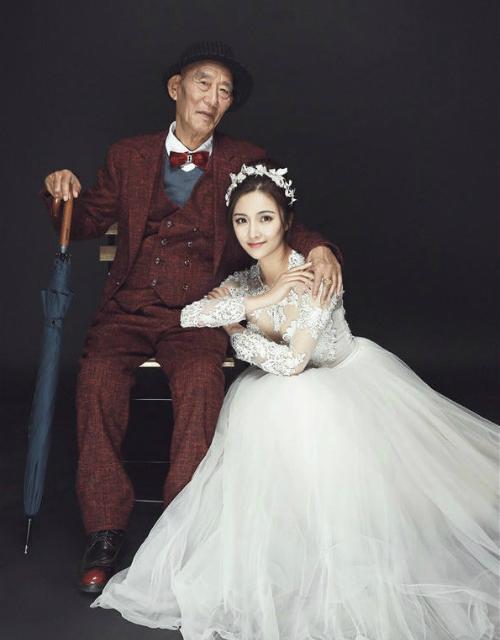 Bộ ảnh lưu lại khoảnh khắc xinh đẹp và rạng rỡ nhất của Xuewei bên ông nội.