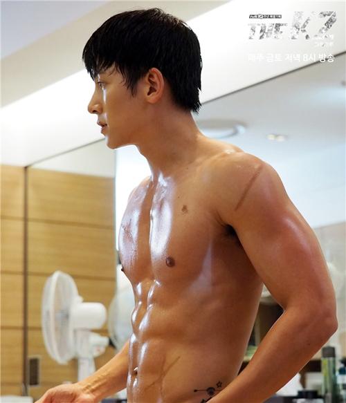 Bỏng mắt với dàn mỹ nam chuyên thả thính 6 múi trong phim Hàn - 4