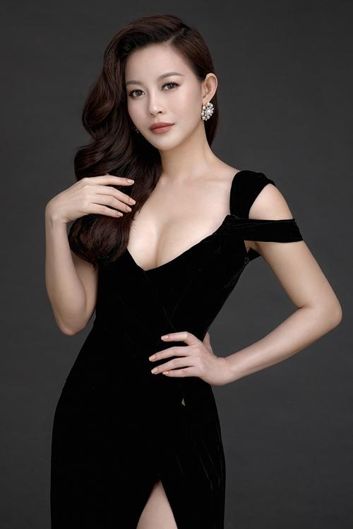 MC Phan Anh ôm eo Hoa hậu Hải Dương tình tứ