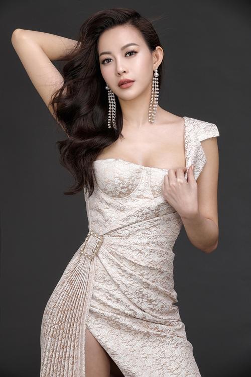 MC Phan Anh ôm eo Hoa hậu Hải Dương tình tứ - 7