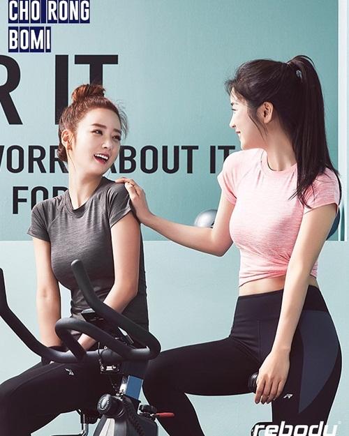 Cho Rong và Bomi (Apink) cùng khoe dáng với đồ tập ôm sát trong loạt ảnh quảng cáo.