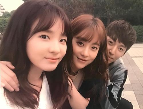 Dara đăng ảnh thân thiết bên Oh Yeon Seo khi đóng chung phim Cheese in the trap bản điện ảnh.
