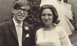 Tình yêu vượt lên ranh giới sinh tử của Stephen Hawking và vợ