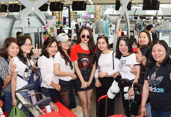 Tại sân bay Thái Lan,cô diện trang phục đơn giản khoe vóc dáng đẹp, chiều cao nổi bật.