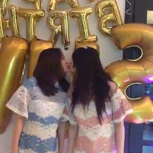 4 khoảnh khắc idol nữ chạm môi gây tranh cãi - 1