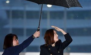 Chỉ vì chiếc ô: Krystal bị chê 'chảnh chọe', idol nam được khen hết lời
