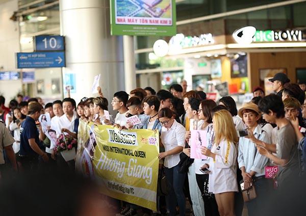 Hương Giang choáng ngợp bởi rừng fan vây kín ở sân bay khi về nước - 2