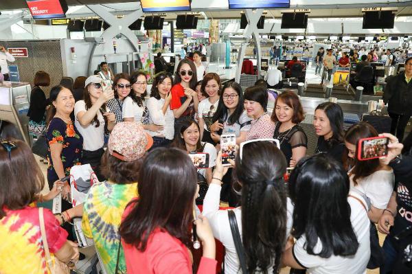 Hương Giang bị vây quanh tại sân bay Thái Lan.