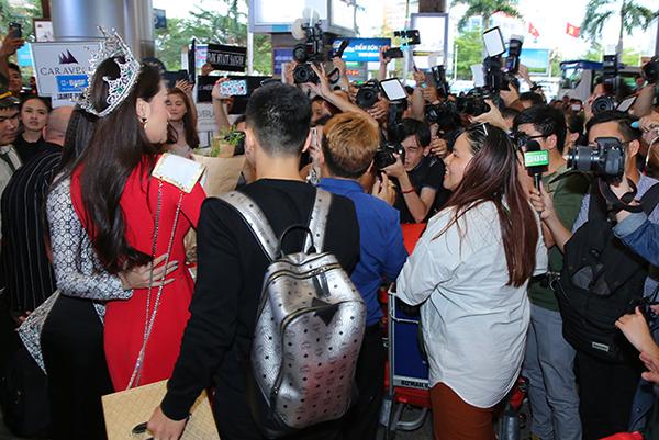 Hương Giang bị fan và truyền thông vây kín ở sân bay. Ảnh: Ngôi Sao.