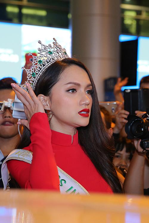 Hương Giang nổi bật ở sân bay với áo dài đỏ. Ảnh: Ngôi Sao.