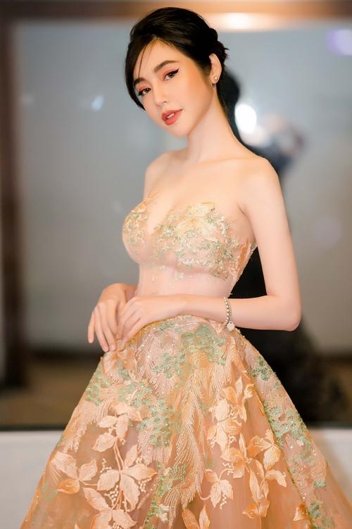 Elly Trần khoe ngực đẹp hút mắt cạnh Trần Bảo Sơn - 2
