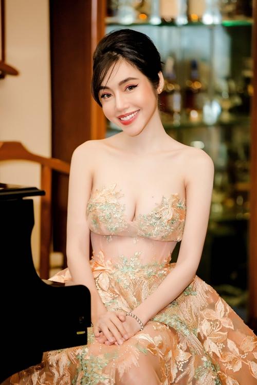 Elly Trần khoe ngực đẹp hút mắt cạnh Trần Bảo Sơn - 1