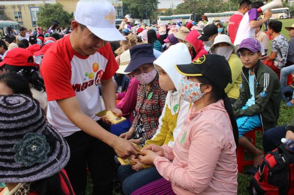 Những phong bì lì xì may mắn từ chương trình cũng đã theo bước chân trở về đón Tết cùng những người bán vé số dạo.