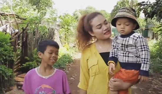 Y Byen và hai đứa con nuôi.