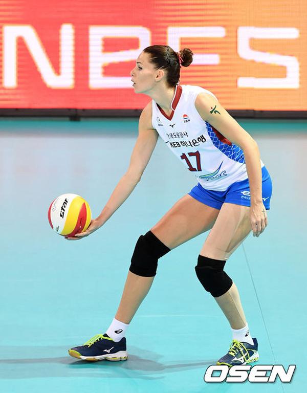 Nữ chủ công bóng chuyền có chiều cao 1,91m. Cô luôn nổi bật trên sàn đấu vì vượt trội về chiều cao và sức bền.