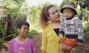 Cô gái Bana chưa chồng, cứu 2 em bé về nuôi khi mới 16 tuổi