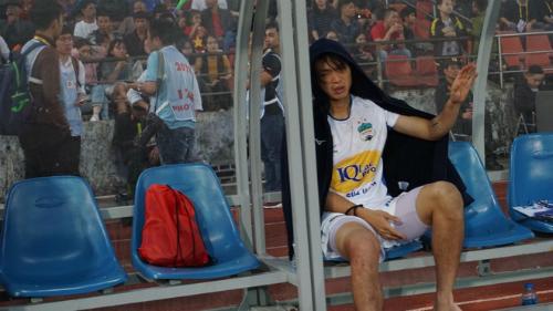 Tuấn Anh khóc vì chấn thương sau trận đấu khiến fan lo lắng. Ảnh: Hoàng Linh AFC.