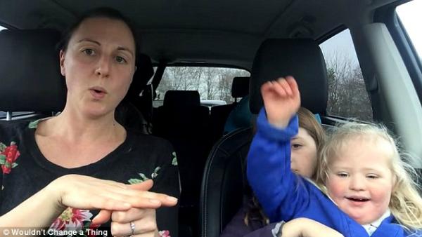 Clip hát trong ô tô của 50 bà mẹ có con mắc bệnh Down gây xúc động