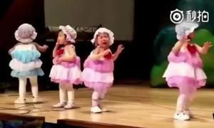 Bé gái sợ đám đông đến phát khóc nhưng vẫn nhảy đúng điệu