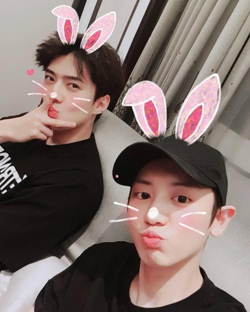 Chan Yeol và Se Hun cưa sừng làm nghé với kiểu tự sướng xì tin.