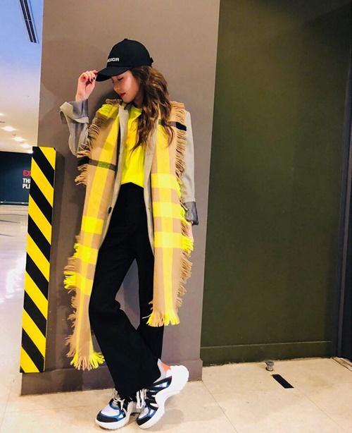 Dara pose hình chất chơi khi phát hiện trang phục của mình đồng điệu bất ngờ với vạch kẻ vàng - đen.