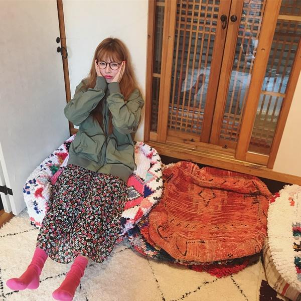 Hyun Ah mặc style bà thím làm mặt đáng yêu.