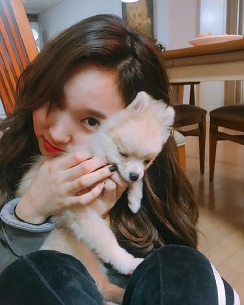 Chú cún có vẻ đỡ không nổi màn thể hiện tình cảm nhiệt tình của cô nàng Na Yeon.