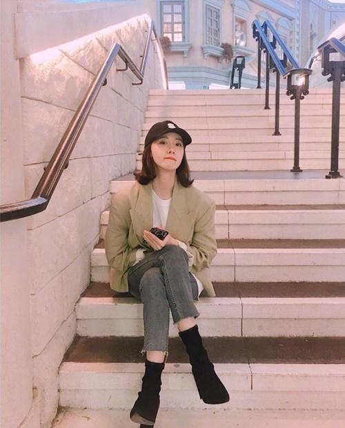 Yoon Ah diện đồ menswear cá tính dạo chơi ở Macau.
