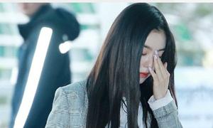 Irene mệt mỏi xuất hiện tại sân bay sau 'bão' chỉ trích