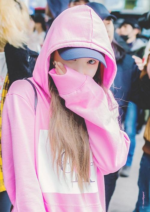 Yoon Ah mặc áo phông 5 triệu đồng, Sulli lộ chân thô - 4