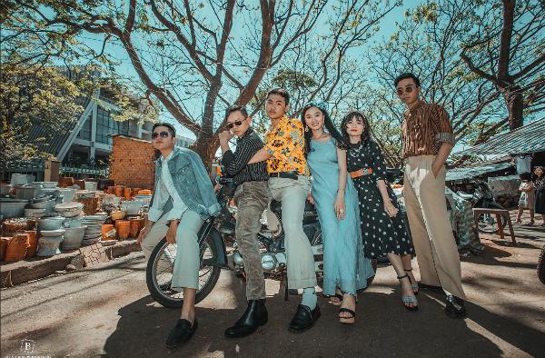 Những trang phục, phụ kiệnmang phong cách thập niên 80 được các bạn phối tỉ mỉ.
